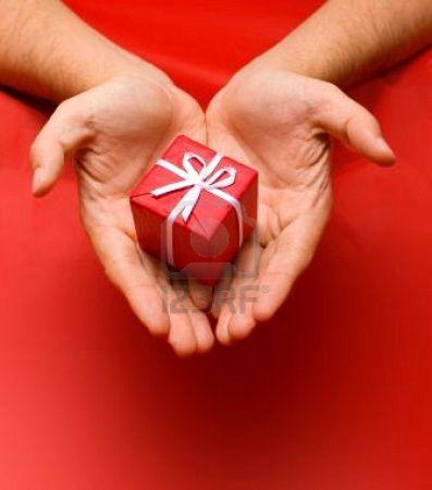 621337-mani-dare-un-regalo-di-natale